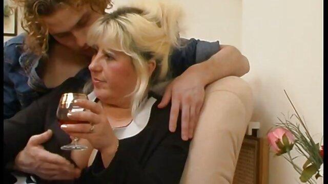 Snello lesbiche in camera da letto video seduzione lesbo godendo la sensazione di porno