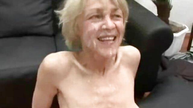 Un occupato ragazza spray con Halo video massaggi erotici lesbo in il doccia