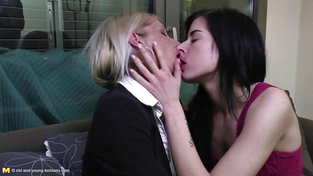 Dolly in compagnia, e lei è una ragazza xxx lesbiche tettone per due persone muto