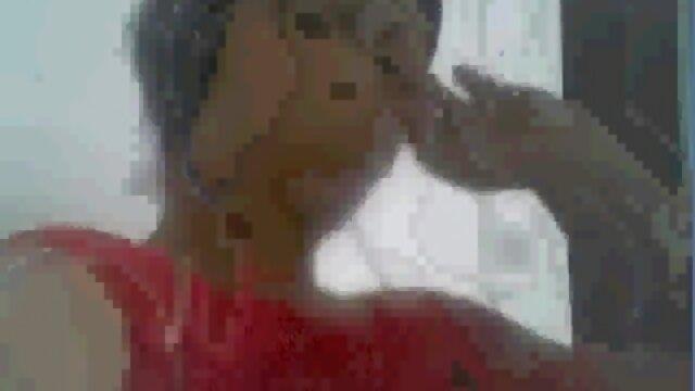 Ha messo una coop nelle sue mutandine rosse e video lesbo madre e figlia andare a puttana.
